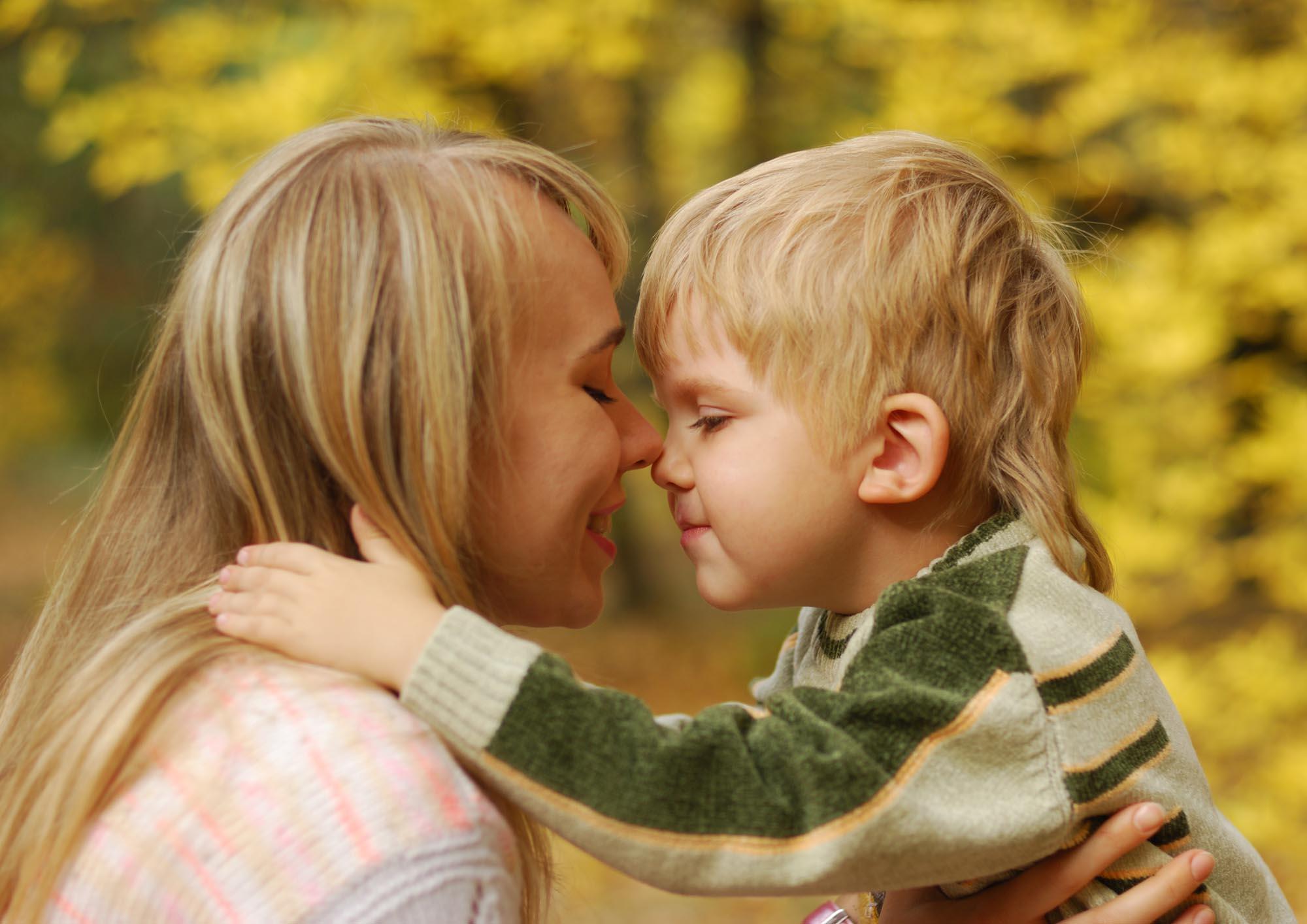 Открытку своими, картинка мама и ребенок обнимаются